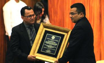 Carlos Mauricio Flores, director de Diario El Heraldo, recibe el premio nacional Álvaro Contreras de Eduin Romero, presidente del CPH.