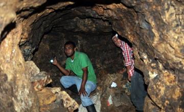 TG601. SAN JUAN ARRIBA (HONDURAS), 05/07/2014.- Dos mineros artesanales entran hoy, sábado 5 de julio de 2014, a un ramal de un túnel de la mina donde se encuentran soterrados al menos ocho de sus compañeros en la comunidad de San Juan Arriba, en el sur de Honduras. EFE/Gustavo Amador
