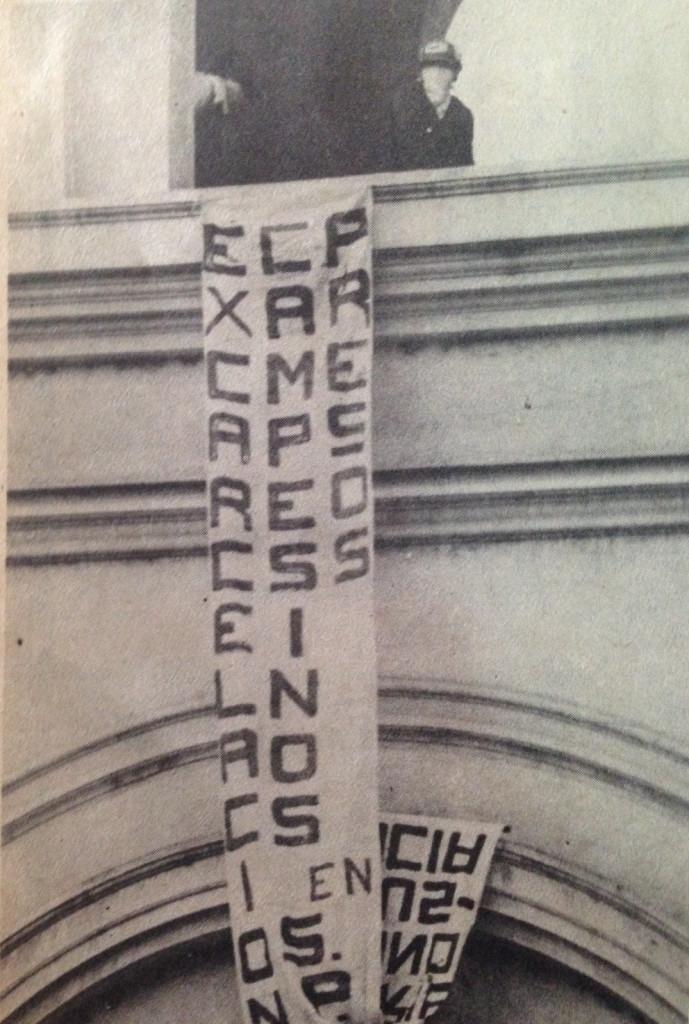 Estudiante encapuchado de la FEUH poniendo una manta en la fachada de la catedral. Foto diario La Prensa, 1979.