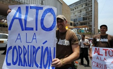 Members of cicvil organizations hold banners during a protest against corruption and in support of those public prosecutors in hunger strike, on April 29, 2008 outside the Congress building in Tegucigalpa. Last April 7, four district attorneys started a hunger strike demanding the resignation of the Attorney General Leonidas Rosa Bautista and his advisor Omar Cerna, under accusations of stripping the National Treasury.   AFP PHOTO/Orlando SIERRA