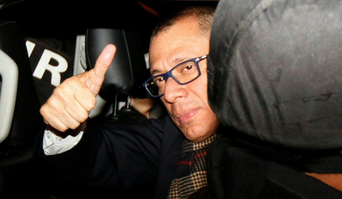 Ecuadorean Vice-President Jorge Glas, who was allegedly caught up in the Odebrecht scandal, arrives in jail guarded by the police in Quito, on October 2, 2017, after judge Miguel Jurado issued a pre-trial detention order for Glas.  In August, Ecuador's congress withdrew Glas' immunity in order to allow prosecutors to open a corruption inquiry related to the Odebrecht scandal. / AFP / Rodrigo BUENDIA