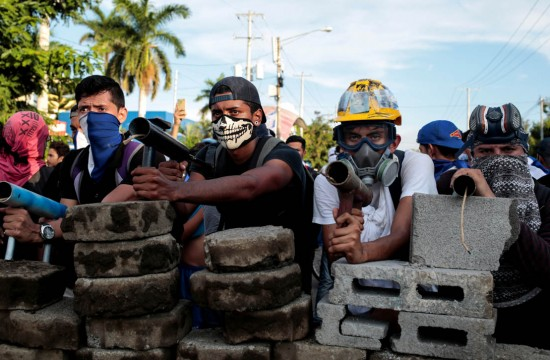 Demonstrators stand behind a barricade during clashes with riot police during a protest against Nicaragua's President Daniel Ortega's government in Managua, Nicaragua May 30, 2018. REUTERS/Oswaldo Rivas     TPX IMAGES OF THE DAY - RC1DA6D971F0