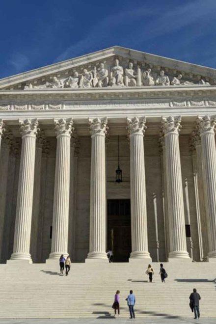 La Corte Suprema autoriza negar tarjeta verde a quienes usen beneficios de gobierno