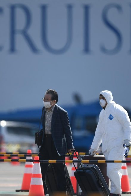 Comienzan a desembarcar pasajeros de crucero en cuarentena por coronavirus