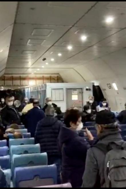 Evacuados del crucero por coronavirus llegan a EE.UU., hay 14 infectados