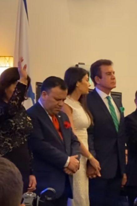 """Salvador Nasralla le estrecha la mano y """"ora"""" por Juan Orlando Hernández"""