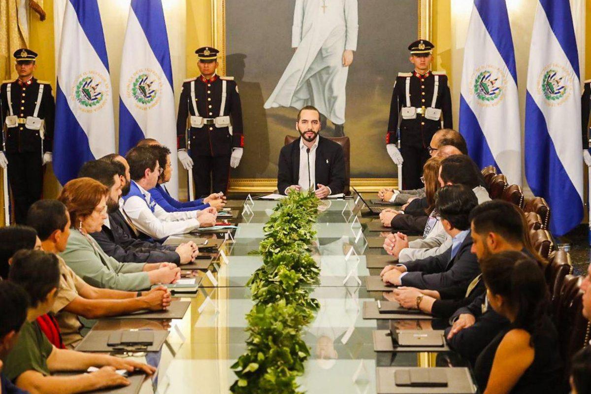 Ministros ponen a disposición sus salarios en El Salvador y Congreso manda a reactivar economía