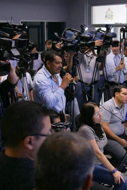 Periodistas celebran realizando su labor de informar en medio de muchos desafíos