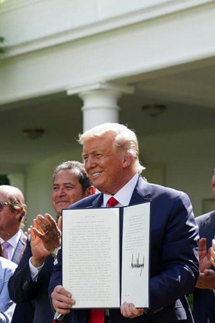 Trump firma iniciativa que apoyaría a jóvenes hispanos