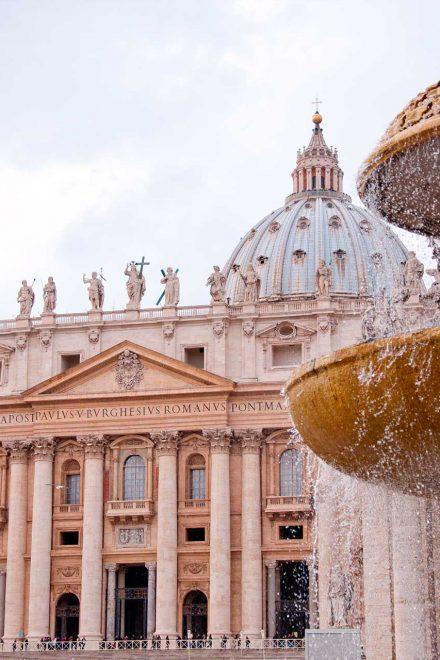 Exjefe del banco del Vaticano declarado culpable de lavado de dinero, condenado a casi 9 años de prisión