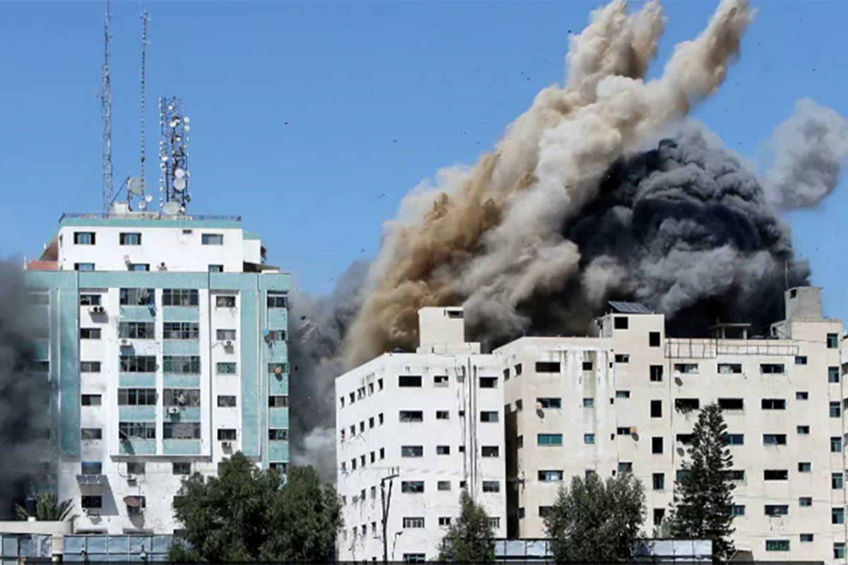 Un ataque israelí destruye un edificio que albergaba las oficinas de los medios extranjeros en Gaza