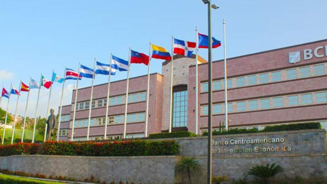 https://elpulso.hn/wp-content/uploads/2021/09/BCIE-edificio-banderas-640x360.jpg